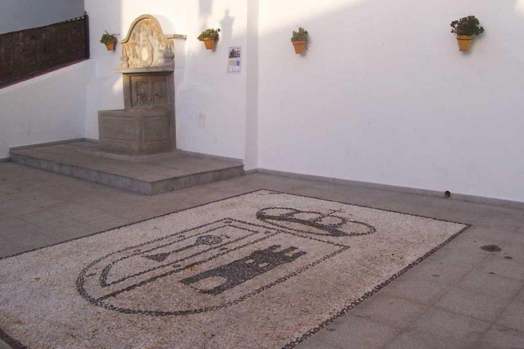 Fuente blasonada en Iznate, Málaga